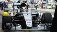 Lewis Hamilton přijíždí do boxů při pátečním tréninku v Melbourne
