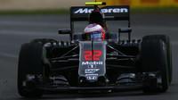 Jenson Button s McLarenem během pátečních tréninků v Austrálii