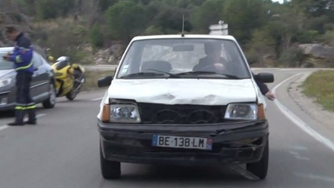 Peugeot 205 a slepec za volantem