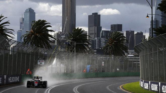 Jenson Button za proměnlivých podmínek prvního tréninku v Austrálii