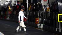 Valtteri Bottas jde na pitwall v Melbourne