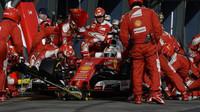 Sebastian Vettel při zastávce v boxech v Melbourne
