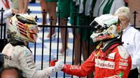 Vzájemné gratulace Lewise Hamiltona a Sebastiana Vettela po závodě v Melbourne
