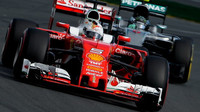 Sebastian Vettel před Nicem Rosbergem při závodě v Melbourne
