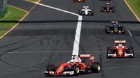 Sebastian Vettel a Kimi Räikkönen při závodě v Melbourne