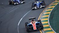 Pascal Wehrlein před vozy Sauber při závodě v Melbourne