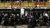 Jenson Button při výměně pneumatik v Melbourne