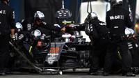 Jenson Button při zastávce v boxech při závodě v Melbourne