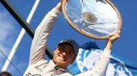 Nico Rosberg se raduje z trofeje za první místo v Melbourne