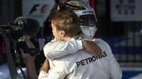 Nico Rosberg přijímá gratulace Lewise Hamiltona po závodě v Melbourne