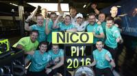 Nico Rosberg se raduje z vítězství se svými mechaniky v Melbourne