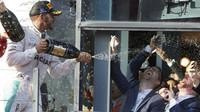 Lewis Hamilton a sprcha šampaňského v Melbourne