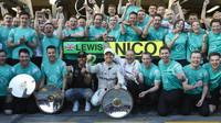 Radost týmu Mercedes z vítězství v Melbourne