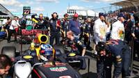 Daniel Ricciardo se připravuje na startovním roštu v Melbourne