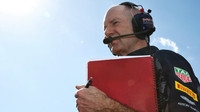 Adrian Newey letos v Melbourne - F1 se tedy věnuje stále a to i se svými typickými červenými deskami