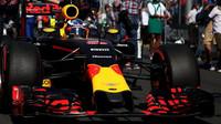 Daniel Ricciardo se chystá na startovní rošt při závodě v Melbourne