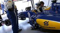 Marcus Ericsson se připravuje v boxech na závod v Melbourne