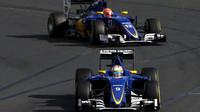 Marcus Ericsson a Felipe Nasr při závodě v Melbourne