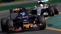 Max Verstappen před Lewisem Hamiltonem při závodě v Melbourne