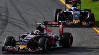 Carlos Saniz před Maxem Verstappenem při závodě v Melbourne