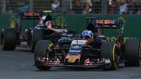 Max Verstappen před Carlosem Sainzem při závodě v Melbourne