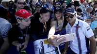 Felipe Massa se fotí s fanoušky v Melbourne