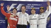 Vítězové na pódiu po závodě v Bahrajnu