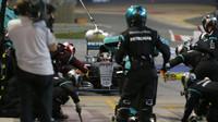 Lewis Hamilton přijiždí přezout v závodě v Bahrajnu