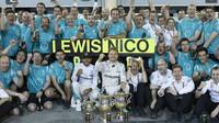 Nico Rosberg a Lewis Hamilton se radují z vítězství v Bahrajnu