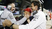 Paddy Lowe, Niki Lauda a Toto Wolff po kvalifikaci v Bahrajnu