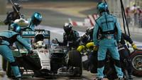 Lewis Hamilton přezouvá v závodě v Bahrajnu