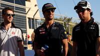 Romain Grosjean, Daniel Ricciardo a Sergio Pérez v Bahrajnu