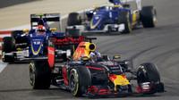 Daniel Ricciardo před vozy Sauber v závodě v Bahrajnu