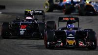 Max Verstappen před Stoffelem Vandoornem v závodě v Bahrajnu