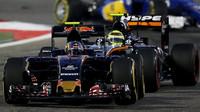 Carlos Sainz po kolizi s Perézem s prasklou zadní pneumatikou v závodě v Bahrajnu