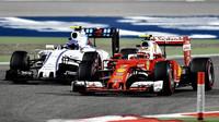 Kimi Räikkönen předjíždí Valtteriho Bottase v závodě v Bahrajnu