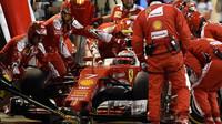 Kimi Räikkönen při zastávce v boxech v závodě v Bahrajnu