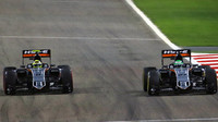 Sergio Pérez a Nico Hülkenberg se předjíždějí v závodě v Bahrajnu