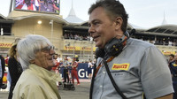 Bernie Ecclestone a Mario Isola před závodem v Bahrajnu