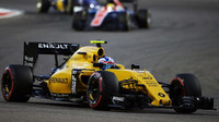 Jolyon Palmer v závodě v Bahrajnu