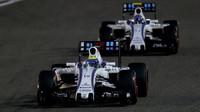 Felipe Massa a Valtteri Bottas v závodě v Bahrajnu