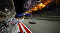 Romain Grosjean projíždí cílem v Bahrajnu jako pátý