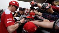 Kimi Räikkönen při autogramiádě v Číně