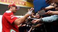 Sebastian Vettel při autogramiádě v Číně