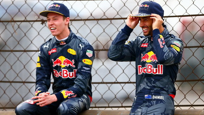 Daniil Kvjat a Daniel Ricciardo v Číně