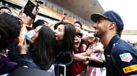 Daniel Ricciardo při autogramiádě v Číně