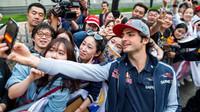 Carlos Sainz před závodním víkendem na autogramiádě v Číně