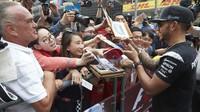 Lewis Hamilton při autogramiádě v Číně