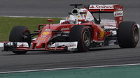 Sebastian Vettel pří pátečním tréninku v Číně