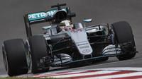Lewis Hamilton při pátečním tréninku v Číně